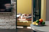 selektiver Fokus von frischen und reifen Früchten auf dem Tisch in der Nähe von Paaren im Schlafzimmer