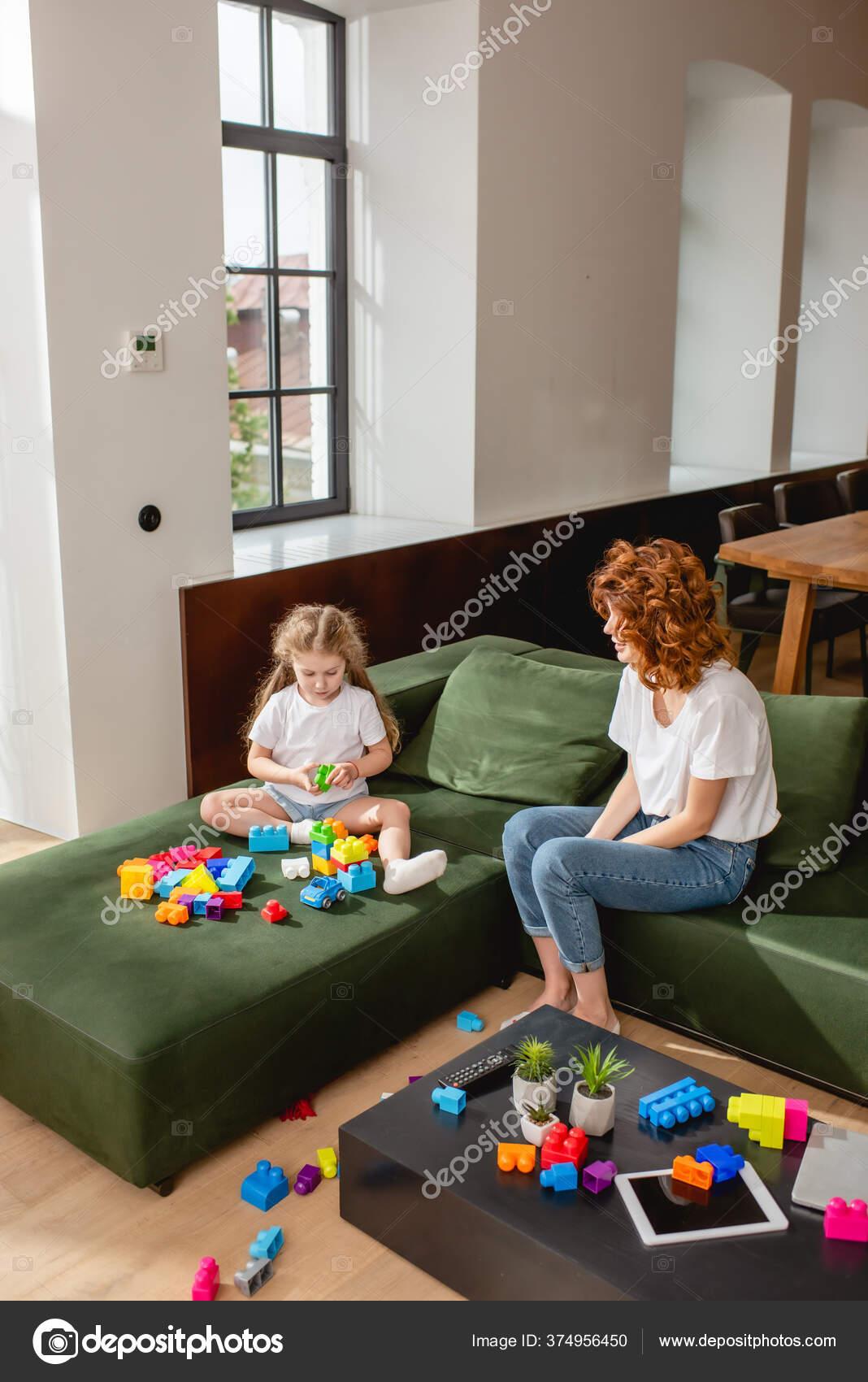 Mutter schaut Tochter beim Blasen zu