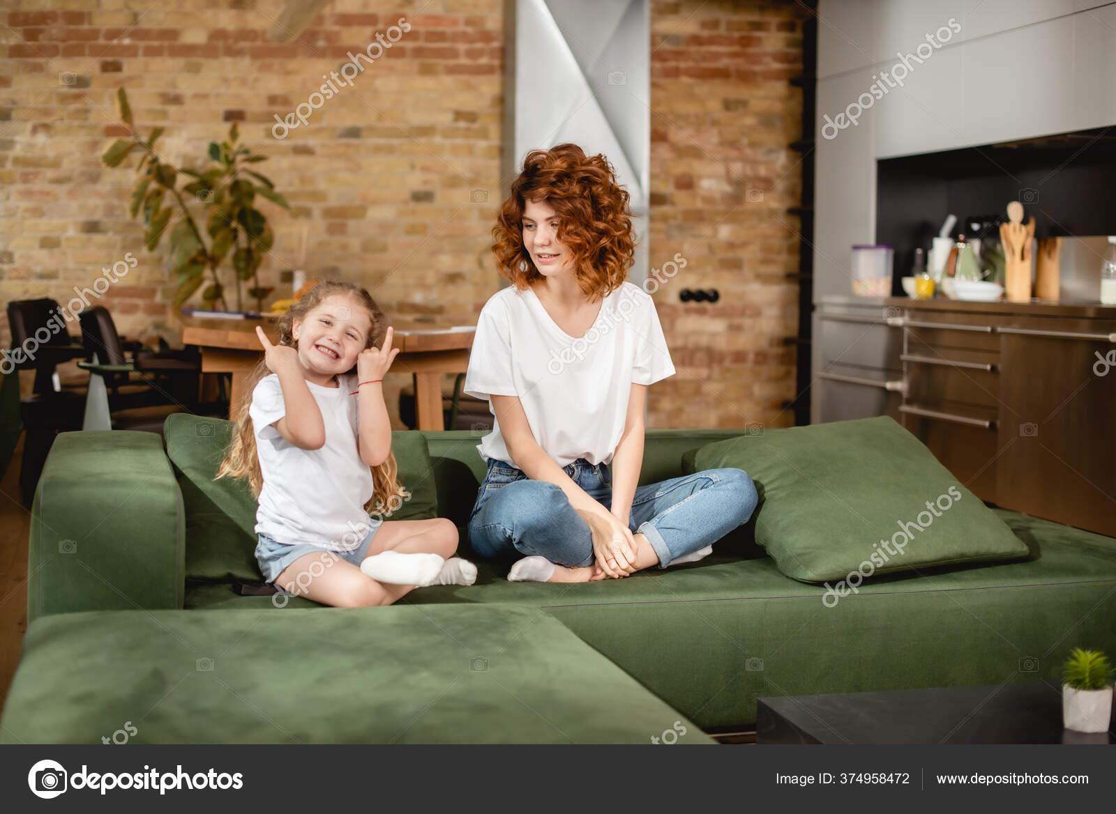 Glückliche Mutter Schaut Tochter Mit Fingern Während Sie