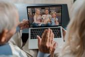 prarodiče mávají při video chatu s rodinou na karanténě