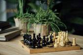 Šachové figurky na šachovnici