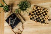 Šachová hra s vintage camera