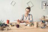 Fotografia decoratore scrivendo al posto di lavoro