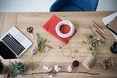 květinářství pracoviště s notebookem