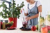 žena vaření detoxikační nápoj