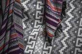 Winter-Schal auf graue Decke