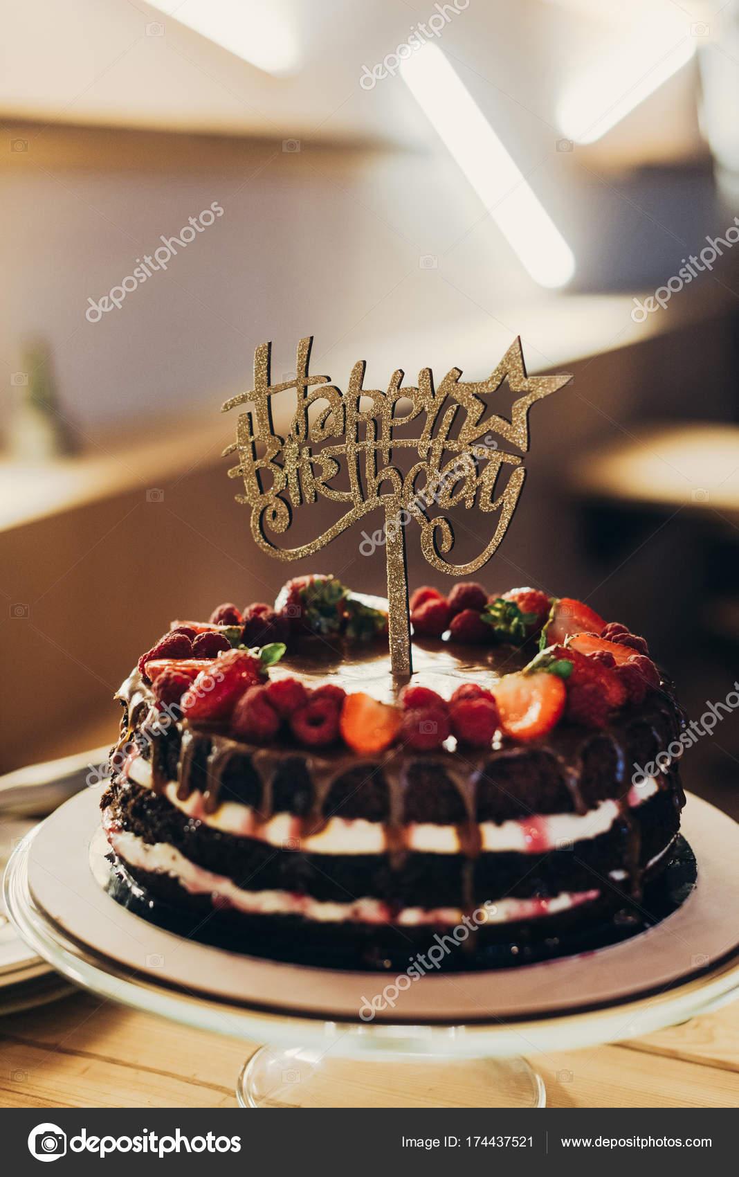 nápis na dort k narozeninám Šťastné narozeniny nápis na čokoládový dort — Stock Fotografie  nápis na dort k narozeninám