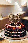 Fotografia Segno felice di compleanno sulla torta al cioccolato