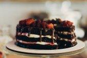 Schokoladenkuchen mit Früchten