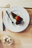 kus čokoládového dortu