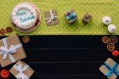 jelen dobozok és születésnapi torta