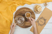 Fotografie pouring tea from teapot