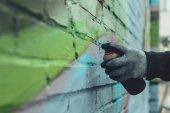 oříznutý pohled člověka Malování barevné graffiti na zdi