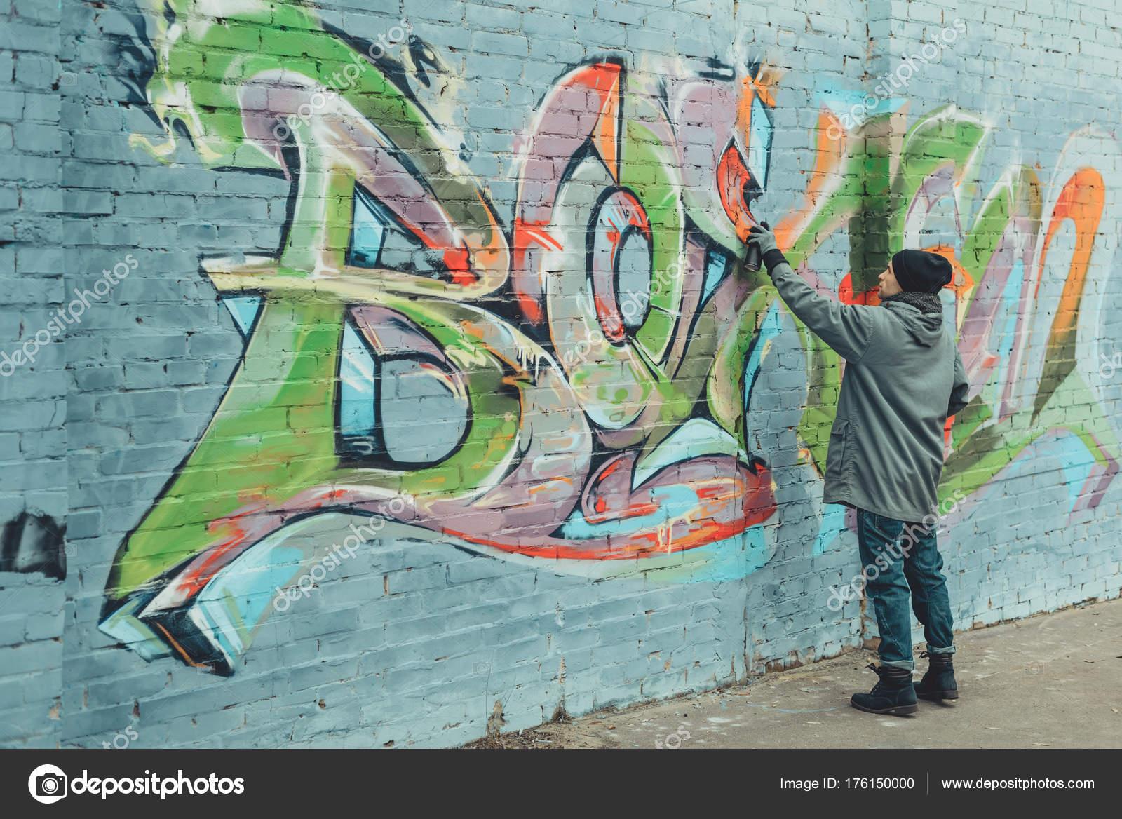 Straat kunstenaar schilderij kleurrijke graffiti muur u stockfoto