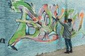 színes graffitik a falon festmény utcai művész