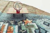 színes graffitik a falon a kosárlabda hoop Alulnézet