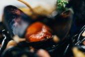 Gourmet-Spaghetti mit Tintenfischtinte, Tintenfisch und Miesmuscheln mit Tintenfisch