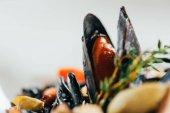 Nahaufnahme von Spaghetti mit Tintenfischtinte, Tintenfisch und Miesmuscheln mit Tintenfisch