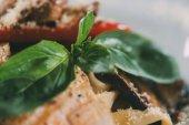 Detailní pohled na gurmánské vegetariánské těstoviny s grilovanou zeleninou