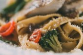 Fotografie Selektivní fokus gurmánské těstoviny s Pikem okoun řízek, zeleninou a parmazánem