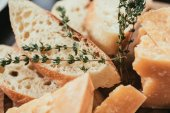 Detailní pohled čerstvé plátky sýra, bageta a parmazánem