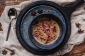 Fotografie pohled shora lahodná krémová polévka s smažené brambory a jamon