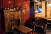 dřevěný stůl a prázdných křesel v příjemné restauraci