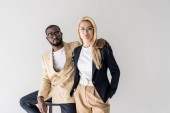 Fotografie portrét stylový mladých mnohonárodnostní páru v brýlích při pohledu na fotoaparát izolované Grey