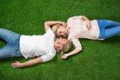 bráškové ležící na trávě