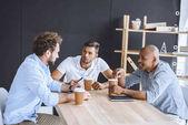 Multikulturelle Geschäftsleute bei Treffen