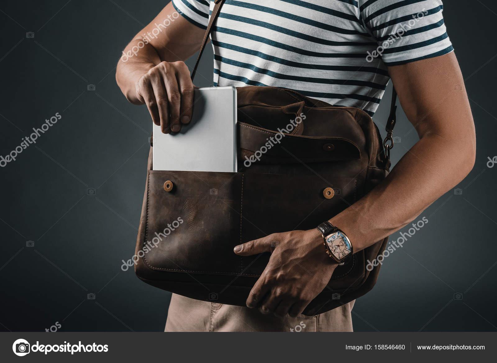 zapatos de separación b158b 44943 Hombre elegante con bolso de cuero — Fotos de Stock ...