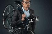 Fotografie podnikatel v oblasti formální oblečení drží kolo