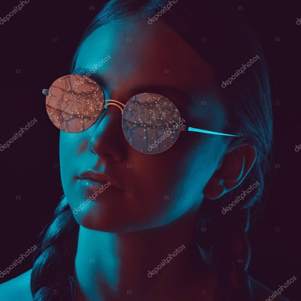 woman in round sunglasses