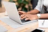 Photo businesswoman using laptop