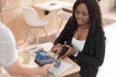 Žena platí kreditní v kavárně