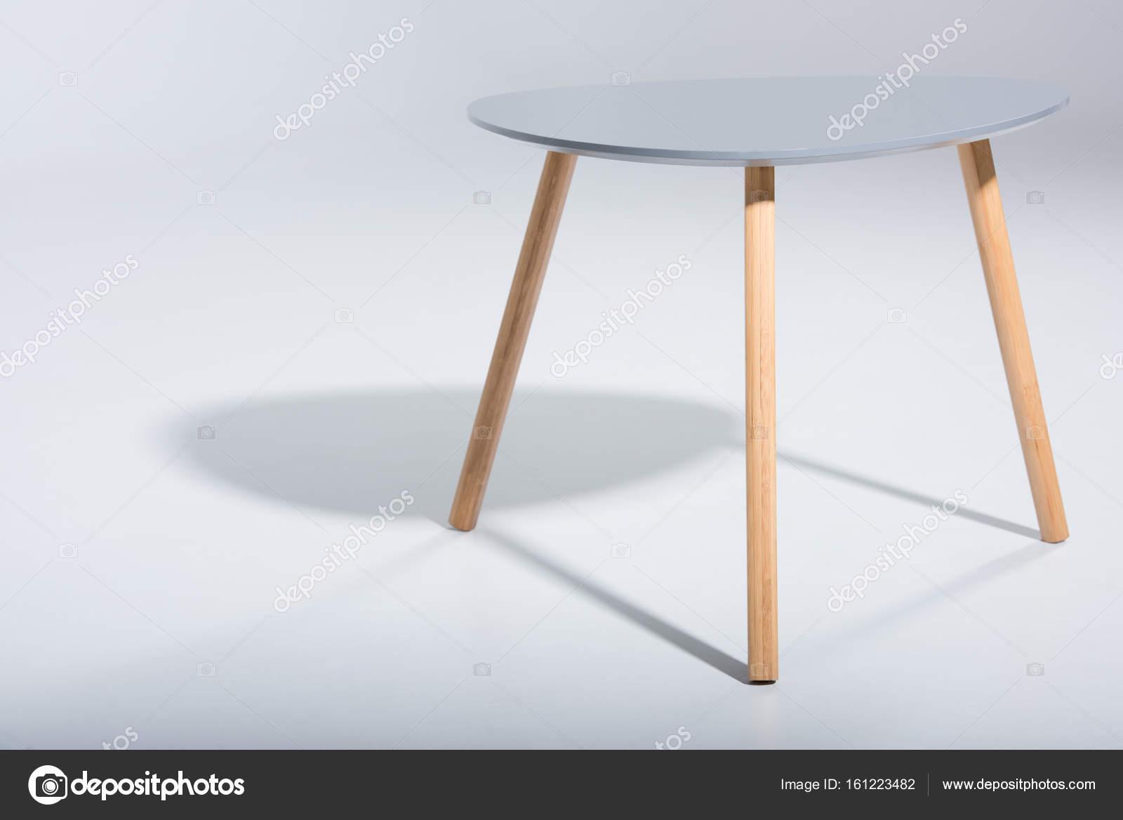 Sgabello con gambe in legno e top bianche u foto stock