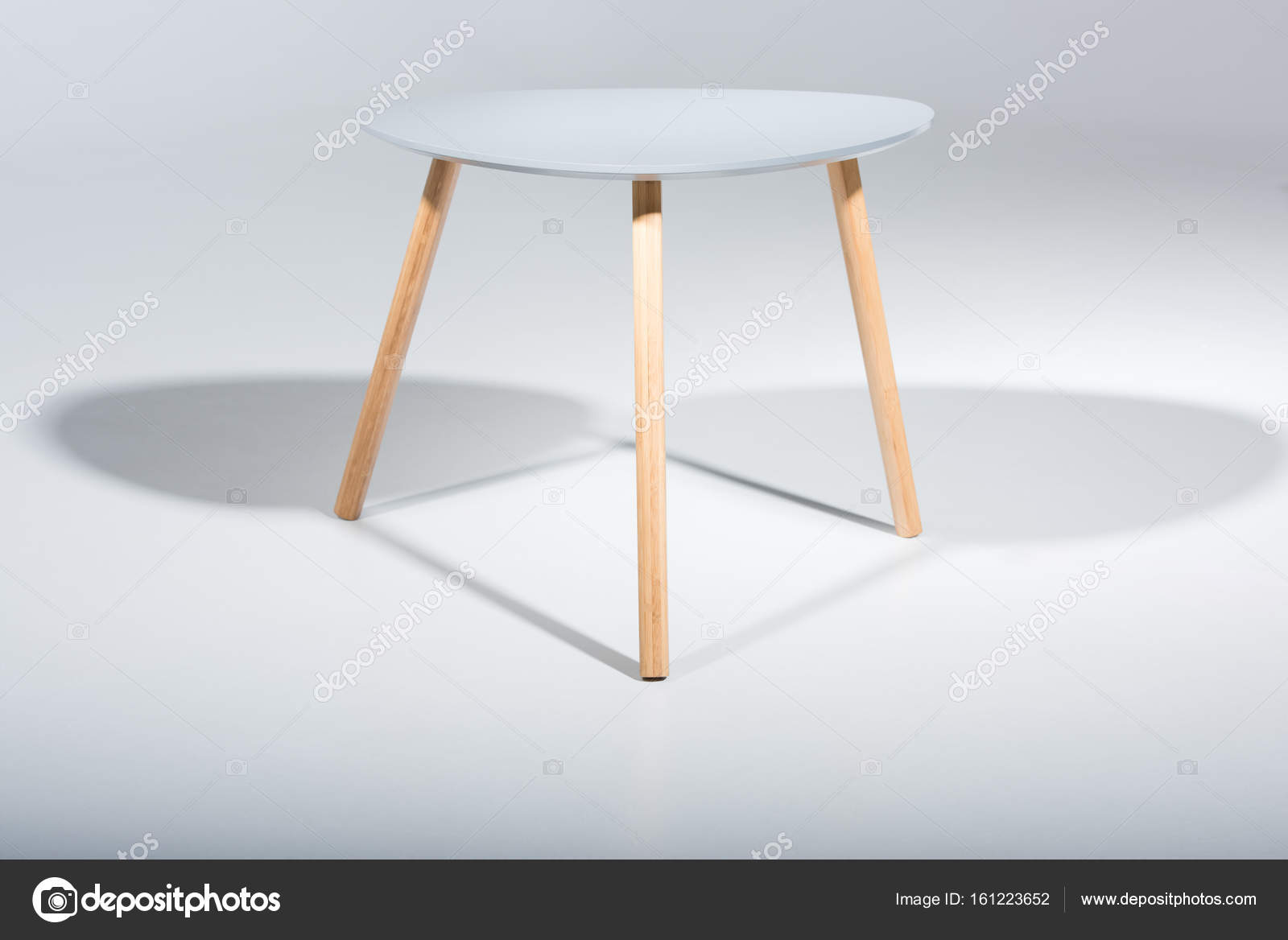 Sgabello con gambe in legno e top bianche u2014 foto stock