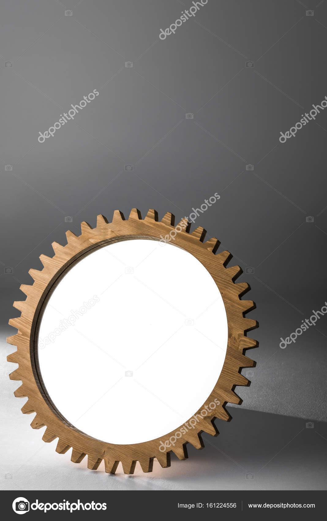 espejo enmarcado por madera rueda dentada — Foto de stock ...