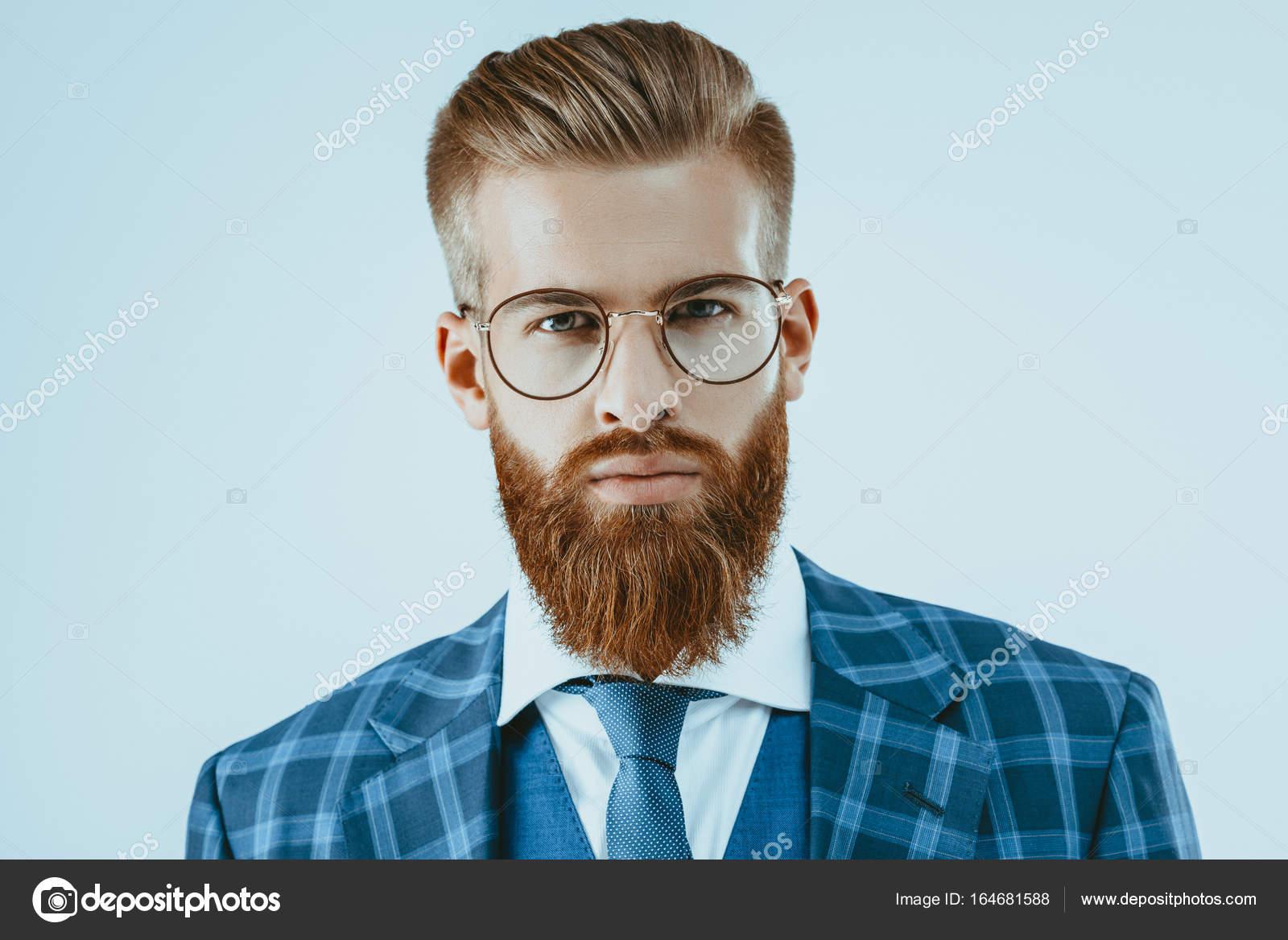 Homme A Lunettes Avec Une Coiffure Elegante Photographie