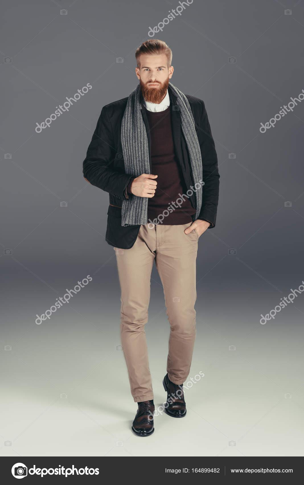 uomo buon servizio gamma molto ambita di Uomo alla moda in giacca con sciarpa — Foto Stock ...