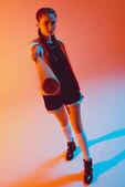 Fotografia donna alla moda con mazza da baseball