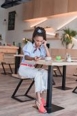 Fotografie afroamerikanische Frau am Telefon im café