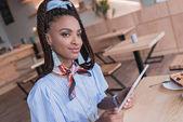 afrikai-amerikai nő, tabletta, kávézó