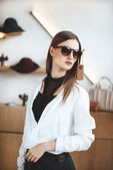 Žena ve stylové sluneční brýle