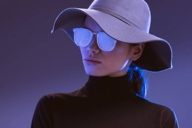 Woman in wide-brimmed hat and sunglasses