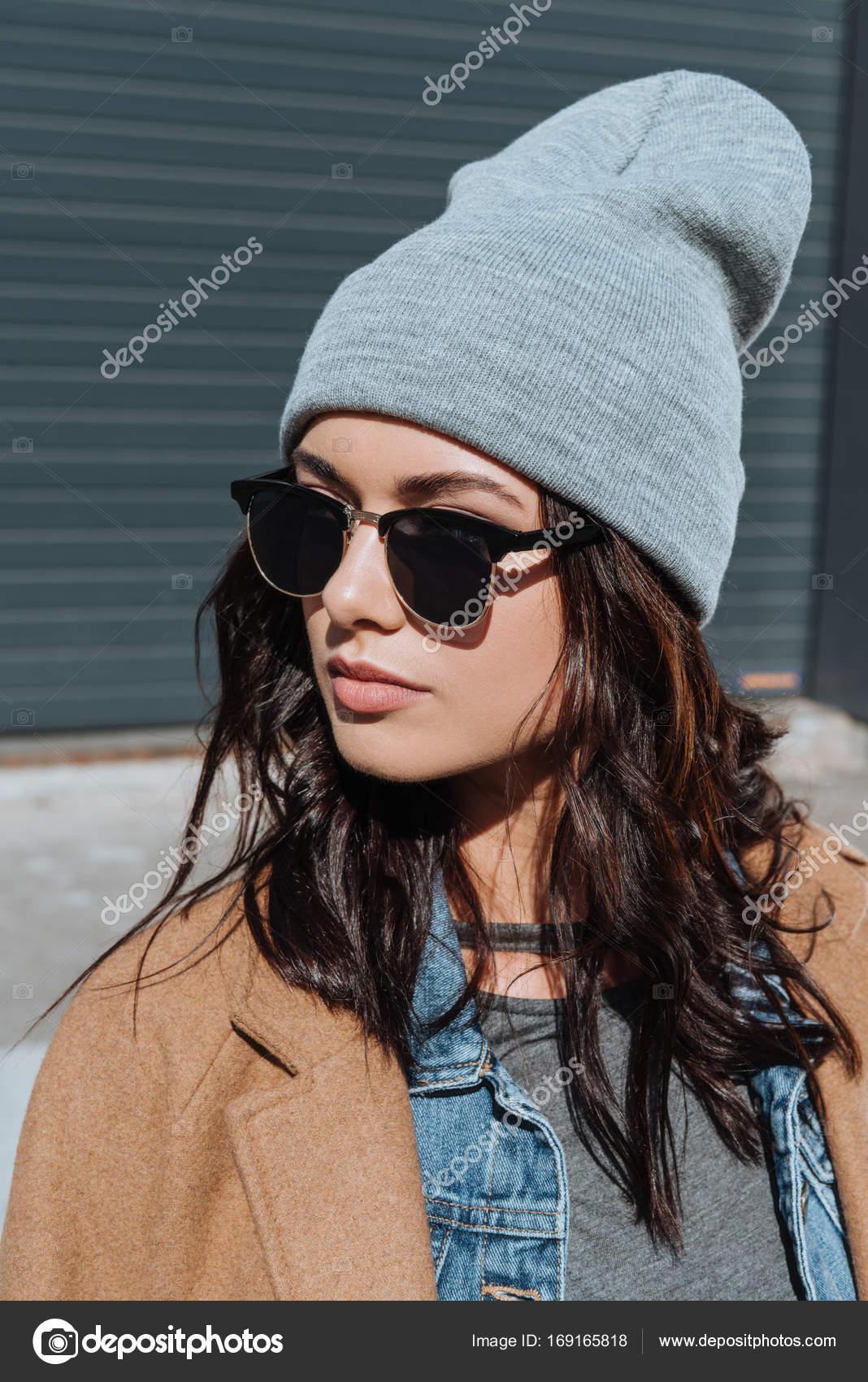 Retrato de mujer con estilo en traje de otoño y gafas de sol negro pie fuera  en mirando lejos — Foto de VitalikRadko db72cff7146