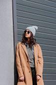 Nő őszi ruhát és fekete napszemüveg