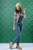 Photo Woman posing in pullover, hat and overalls
