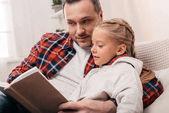 Fotografie otec a dcera čtení knihy