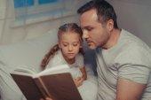 Fotografie Rodinné čtení knihy před spaním